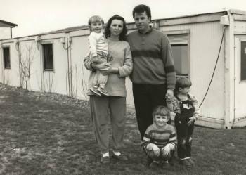 Behelfsheim für Flüchtlinge und Obdachlose, Schmitzhöhe, 1994. Flüchtlingsfamilie aus Kosovo