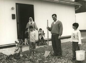 Familie aus dem Libanon nach dem Bezug einer der Leichtbauhäuser, 1993
